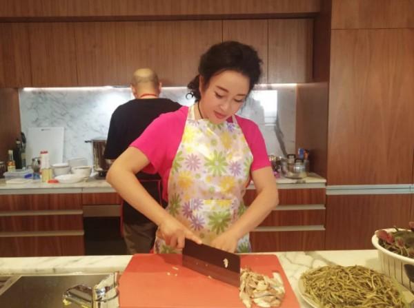 63岁刘晓庆晒新年全家福 还亲手下厨做年夜饭