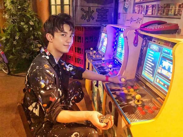 19岁吴磊穿花衬衫打街机 玩起拳皇变身头号玩家