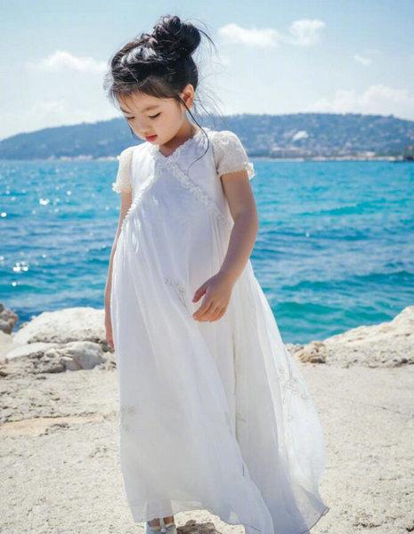 阿拉蕾走进戛纳电影节一身白色连衣裙好a一身英文电影感受(80篇)图片