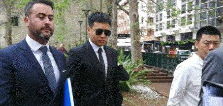 高云翔涉性侵案第七审再开庭 墨镜遮面冒雨出庭